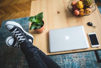 nogi na stole, relaks, komputer, internet; źródło: kaboompics.com