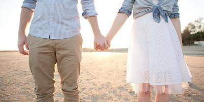 Bukan Hanya Romantis, Pegang Tangan Pasangan Bikin Anda Sehat