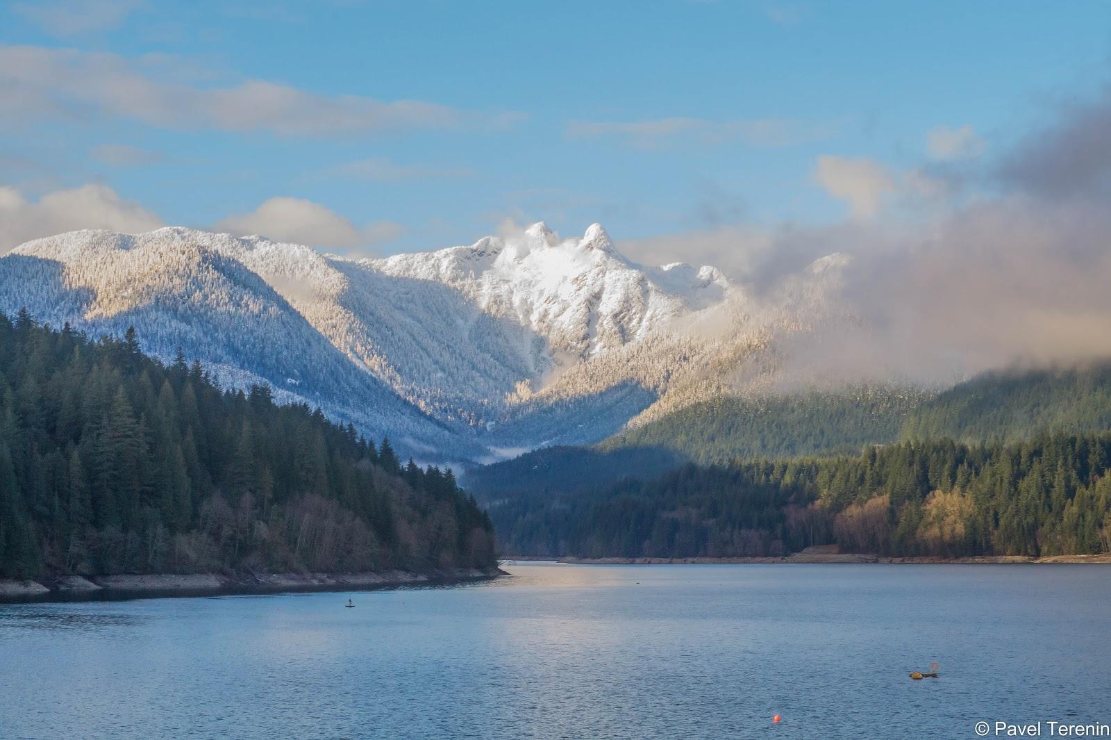 Здесь хорошо видна разница между осенью(весной?) внизу и зимой в горах.