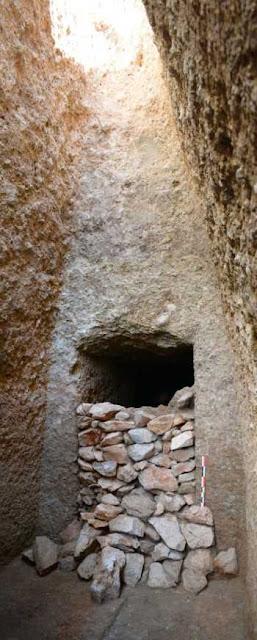 Άποψη της πρόσοψης του μνημειακού τάφου και της ξερολιθιάς που έφραζε την είσοδο