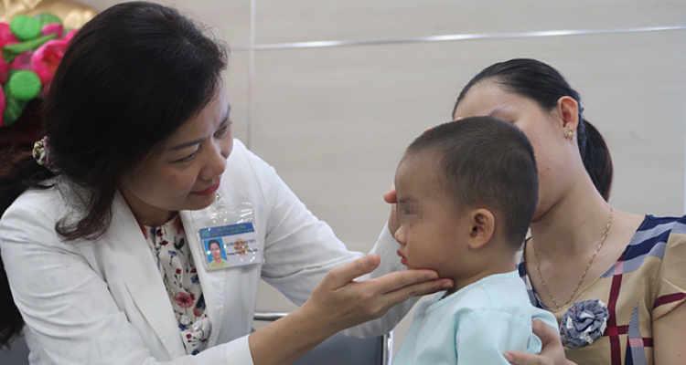 Biến chứng do bệnh viêm xoang khiến bé trai suýt mù xoang999.com