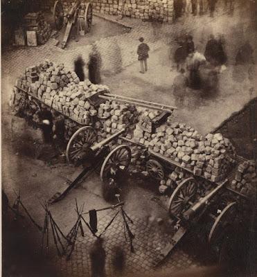 BARRICADAS DE LA COMUNA DE PARÍS, ABRIL 1871. ESQUINA DE LA PLACE DE L'HÔTEL-DE-VILLE Y LA RUE DE RIVOLI.