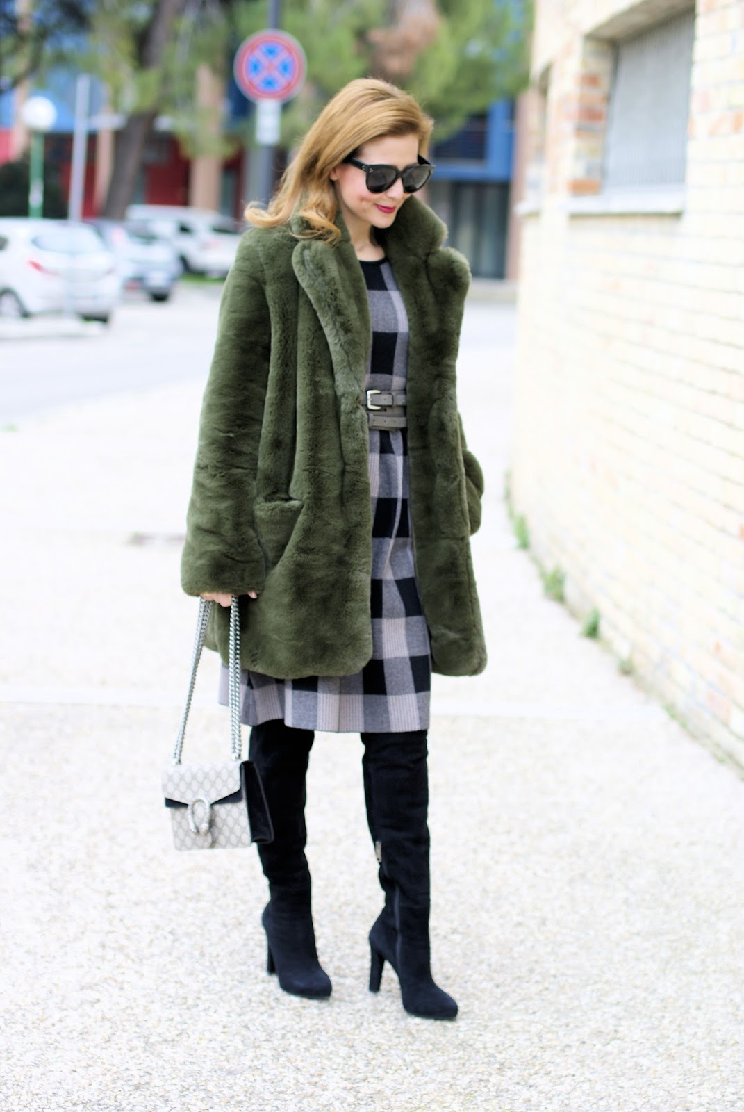 Winter dress outfit idea with Metisu dress, green faux fur on Fashion and Cookies fashion blog, fashion blogger style
