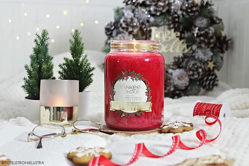 świeca yankee candle red berry and cedar w zimowej aranżacji