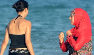 Perempuan Islam Berjilbab di Denda di Pantai Ini