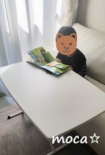 テーブルで絵本を読む4歳児