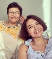 पारुल चौधरी अपनी माँ के साथ