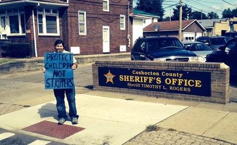 Hombre protesta por detención de pastor