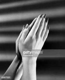 Γυναικεία-χέρια-σε-στάση-προσευχής