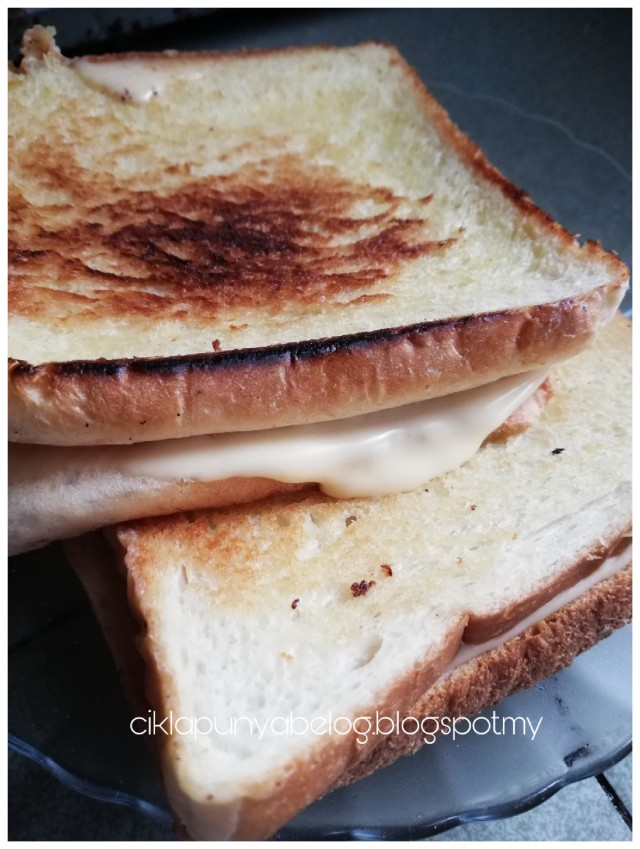 Roti cheese simple 3 bahan, menu sarapan cikla pagi ini.