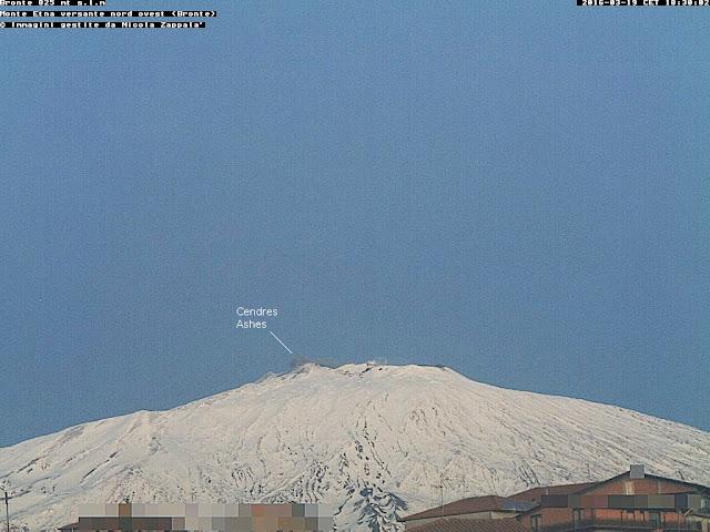 Emission de cendres sur le volcan Etna à 18h30 (heure locale), vue depuis Bronte, 19 mars 2016