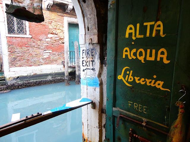 Nouzový východ. Pouze pro plavce. Benátky.