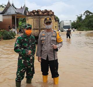 AKBP Agus Darojat SiK MH Selaku Kapolres Labuhanbatu Bersama Dandim 0209/LB Tinjau Lokasi Banjir