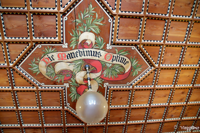 La scritta medievale sul soffitto dell'atrio
