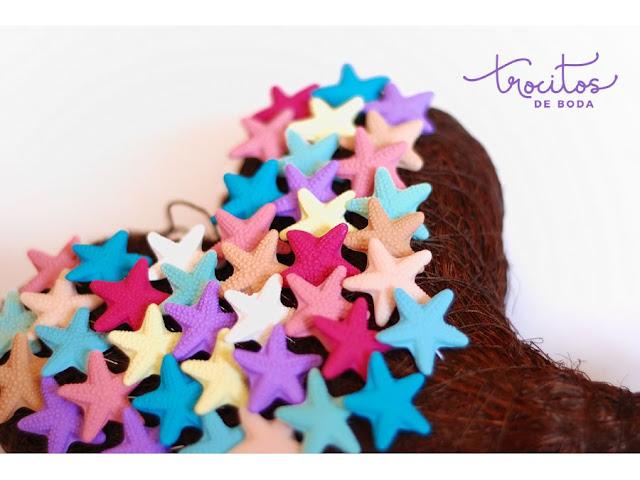 Alfileres de estrella de mar de varios colores y uno de ellos el Color Pantone Ultraviolet
