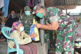 Bersama Warga Tionghoa NTB, Korem 162/WB Salurkan Bantuan Sembako ke Warga Miskin Kota