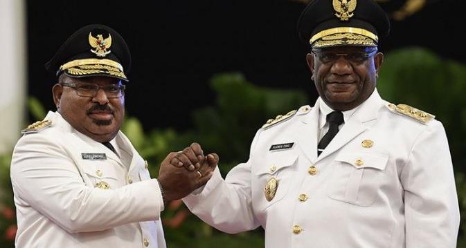 Gubernur Papua, Lukas Enembe (kiri) bersama Wakil Gubernur, Klemen Tinal melakukan salam komando usai pelantikan di Istana Negara, Jakarta, Rabu (5/9/2018).
