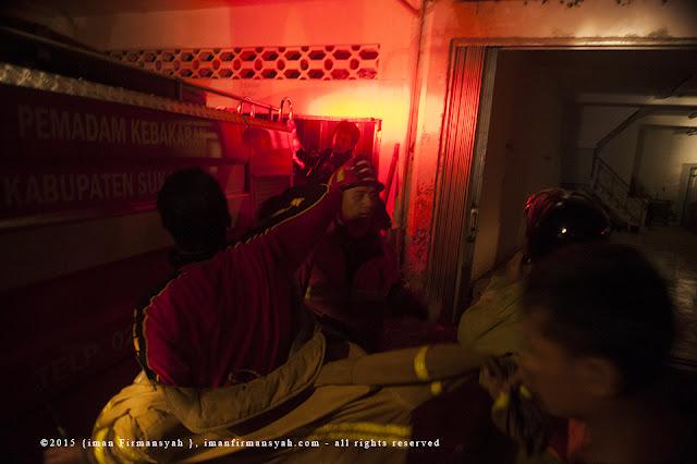 Proses Pemadaman api di Pasar Pelita Kota Sukabumi