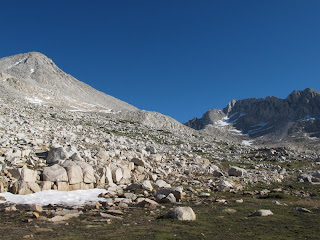 Links Mount Gabb, rechts im Hintergrund Mount Abbot, dazwischen Gabbot Pass