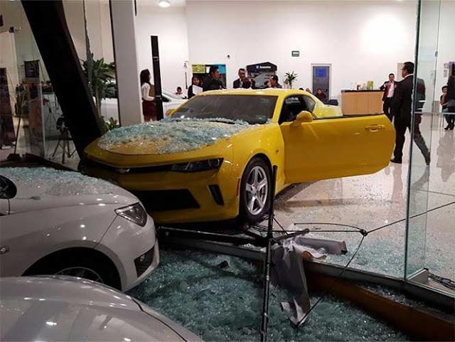 Niño de 7 años enciende un Camaro 2017 y choca en la agencia
