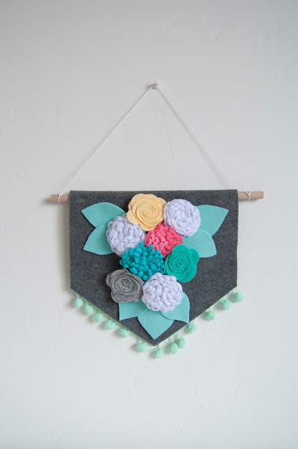 Spring No Sew Felt Flower Banner Tutorial by Jen Gallacher for www.jengallacher.com. #feltbanner #feltflowers #diycraft #jengallacher #jillibeansoup