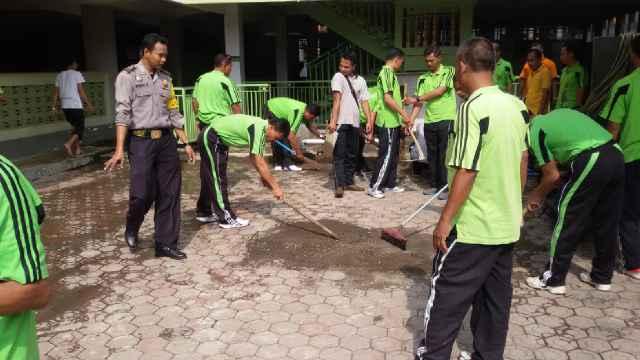 Puluhan Polisi Bawa Celurit Kepung Masjid! Mau Ngapain?