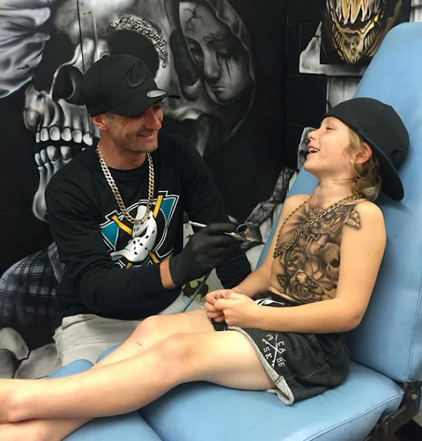 Artista crea tatuajes a niños enfermos para motivarlos