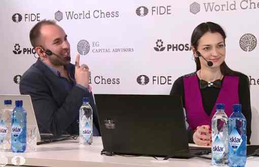 L'image clé de la ronde 6 : l'ex-championne du monde d'échecs russe Alexandra Kosteniuk est venue à Berlin commenter en compagnie de Lawrence Trent la ronde du jour - Photo © World Chess