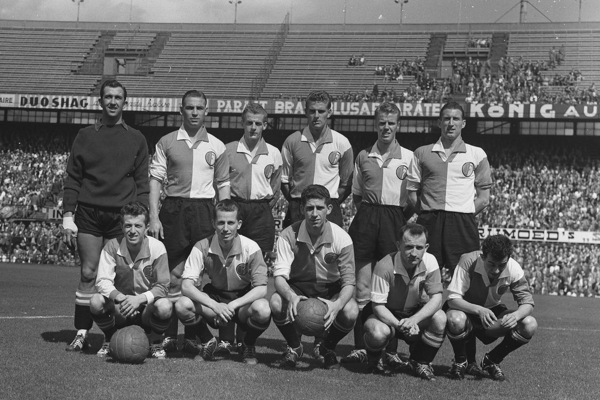 Feyenoord voor de aftrap van de wedstrijd tegen NOAD
