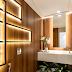 Lavabo com paredes revestidas de madeira e iluminação decorativa!