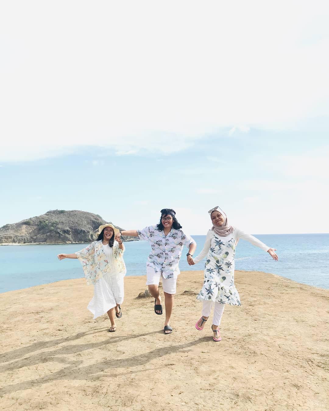 bermain pasir pantai tanjung aan Lombok