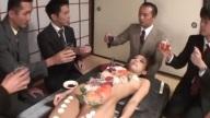 寿司 sushi เปิบสุดสยิว หนุ่มๆรุมลงแขกกินซุชิบนร่างนางแบบคนสวย