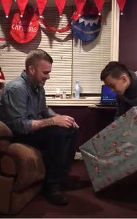 Papá suelta en llanto después de que su hijo gastara su dinero de cumpleaños en regalo de Navidad