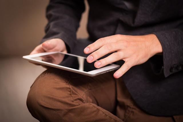 mencari lowongan kerja di internet