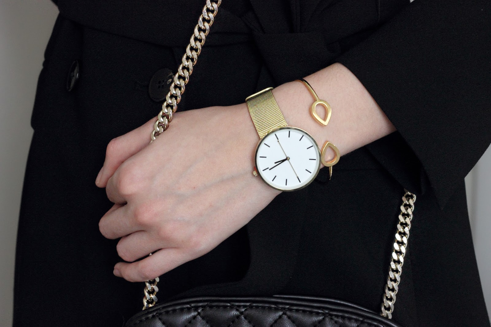 black on black, leather, padded, clutch bag, gold, gold detailing, gold watch, asos, gold bangle, kaytie wu, blog review, anasofiachic, minimalism, minimalistic, fashion trend, overlapping textures, blogger, fashion blogger, beauty blogger, british blogger, makeup blogger