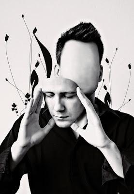 O ego funciona como um conjunto de máscaras sociais, a despersonalização ocorre quando nos sentimos alheios à essas máscaras, ou seja, quando nos sentimos desconfortáveis em nosso próprio corpo, como se observássemos tudo por fora.