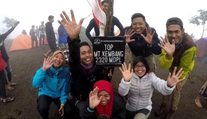 Foto bareng rombongan di puncak Gunung Kembang