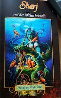 das Cover des Romans zeigt einen blauhäutigen Menschen unter Wasser mit einem grünen Drachen