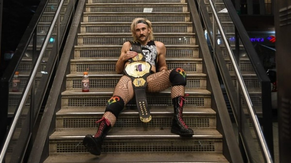 Effy conquista o Internet Championship de Matt Cardona