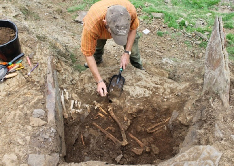 UK: Remains of 'father and son' found in 2000 year old grave