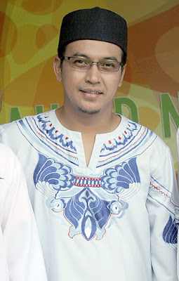 "Biografi Jefri Al Buchori (Ustad Uje) Jefri Al Buchori atau lebih dikenal sebagai Ustadz Uje (lahir di Jakarta, 12 April 1973 – meninggal di Jakarta, 26 April 2013 pada umur 40 tahun) adalah seorang pendakwah (ustad), penyanyi, dan aktor berkebangsaan Indonesia.  Jefri Al-Buchori lahir di Jakarta, anak ketiga dari Ayah, Ismail Modal (alm) dan Ibu, Tatu Mulyana. Berdasarkan wawancaranya dengan Gatra, masa kecilnya dihabiskan di daerah Pangeran Jayakarta dimana lingkungan sekitarnya terdapat banyak bar dan diskotek. Jefri tidak pernah merasakan kelas 4 sekolah dasar karena pada saat bersekolah di SD 07 Karang Anyar, ia lompat kelas dari kelas 3 ke kelas 5. Sejak kecil ia telah menunjukkan ketertarikan pada mata pelajaran agama dan kesenian. Setamat SD, Jefri dan kedua kakaknya bersekolah di Pesantren modern di Daar el Qolam Gintung, Balaraja, Tangerang, namun ia hanya mengikuti pendidikan selama empat tahun dari enam tahun syarat lulus dan pindah sekolah ke Madrasah Aliyah karena perilaku yang tidak terpuji. Sejak kecil Jefri telah menunjukkan bakat untuk tampil dengan meraih prestasi MTQ (Musabaqah Tilawatil Quran) hingga tingkat provinsi.   Masa mudanya kerap diidentikkan dengan narkoba, disko, dan bermain bola bilyar. ""Gue itu dulu dutanya setan di"