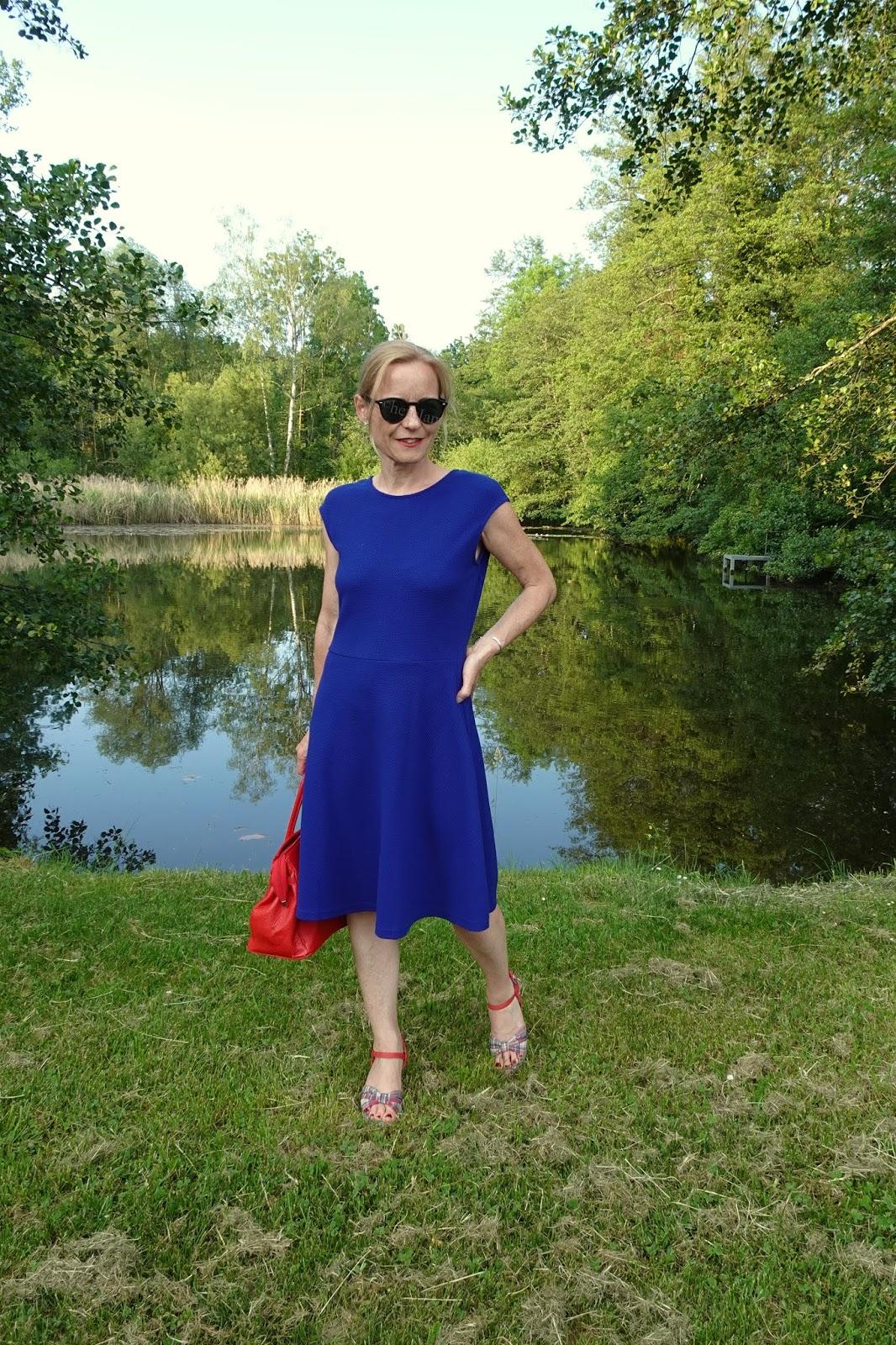 summerstyle: kleid in royalblau zur roten tasche