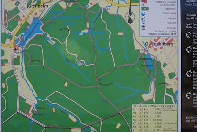 Eine Karte, auf der grob einige Wanderwege eingezeichnet sind