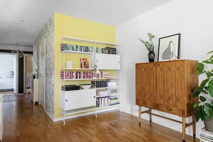 Salón con librería y muebles restaurados