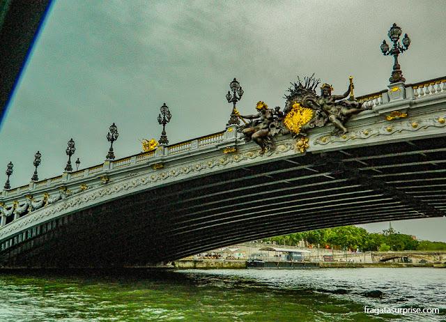 Ponte Alexandre III, em Paris, vista em um passeios de barco pelo Rio Sena
