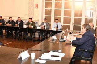 Após reunião com prefeitos, governador anuncia barreiras sanitárias em aeroportos e rodovias como medidas contra o coronavírus
