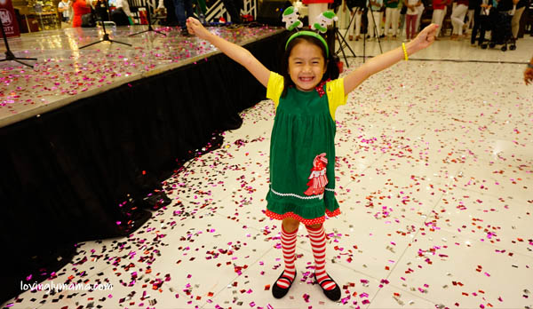 kids - daughters -sisters - Bacolod mommy blogger - Christmas colors - red and green - 100 Days Christmas Countdown - SM City Bacolod - carols - Santa Claus - Santa at the mall  - Santa's elf
