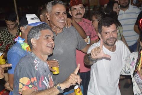 Em Lago Carnaval da Gente tem prefeito Laércio Arruda brincando a folia no meio do povo