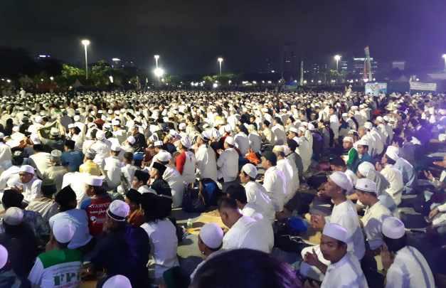 Membludak, Puluhan Ribu Umat Hadiri Malam Munajat 212 di Monas