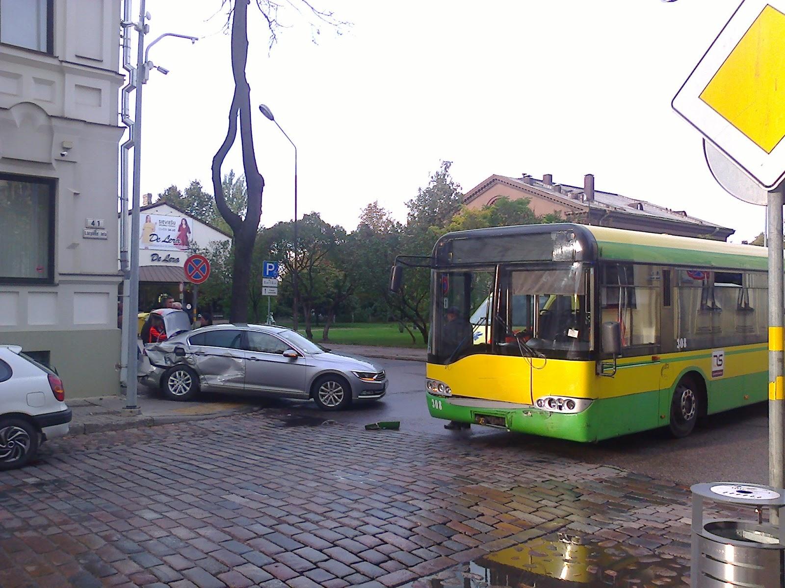 Satiksmes autobusa un vieglā auto avārija Daugavpilī